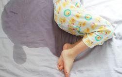 Pige tisset i seng