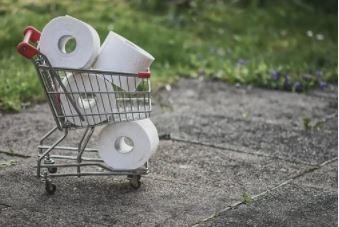 toiletpapir i indkøbsvogn
